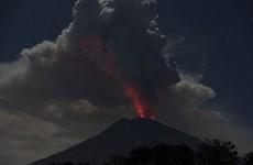 Entra volcán indonesio en erupción  con columna de cenizas de dos mil metros de altura