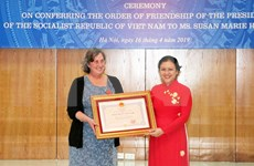 Conceden Orden de Amistad de Vietnam a directora de programa humanitario estadounidense