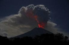 Entra en erupción volcán Agung en Bali, Indonesia