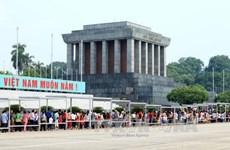 Más de 10 mil personas visitan el Mausoleo de Ho Chi Minh en ocasión de su natalicio