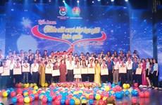 Honran en Vietnam a niños desfavorecidos con rendimiento académico destacado