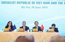 Funcionarios vietnamita y europeo presiden conferencia de prensa sobre la firma del TLC