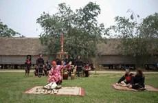 Experimentan el brocado tradicional de Vietnam en la Aldea de Cultura de las etnias minoritarias