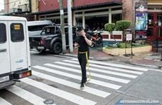 Promueven en ciudad filipina regulación contra el uso de celulares por los peatones