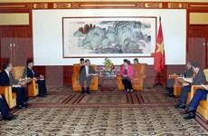 Presidenta del Parlamento vietnamita recibe a líderes empresariales de China