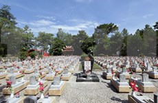 Rinden homenaje jóvenes vietnamitas residentes en el exterior a mártires de su patria