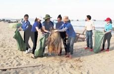 Jóvenes vietnamitas residentes en Ultramar se unen a campaña de limpieza de entorno
