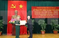 Exdirigente partidista de Vietnam recibe insignia por 70 años de militancia en Partido