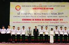 Profesor francés de origen vietnamita entrega becas a estudiantes sobresalientes