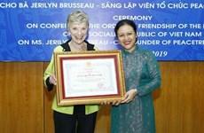 Entrega en Vietnam Orden de Amistad a activista estadounidense