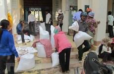 Ofrecen alimentos a víctimas de inundaciones en centro de Vietnam