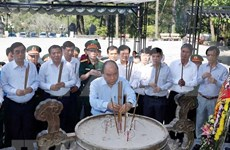 Honra primer ministro de Vietnam a mártires de guerra