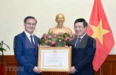 Conceden Orden del Trabajo al embajador laosiano en Vietnam
