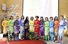 Impresiona desfile de Ao Dai de Vietnam al público internacional