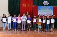 Otorgan ciudadanía vietnamita a 350 laosianos