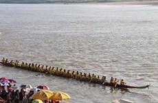 Celebran en Laos regata tradicional Boun Suan Huea