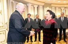 Dialogan máxima legisladora de Vietnam y presidente de Belarús