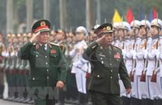 Ministros de Defensa de Vietnam y Laos por contribuir al enriquecimiento de lazos binacionales