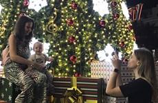 Disfrutan turistas internacionales de la Navidad 2019 en ciudad vietnamita