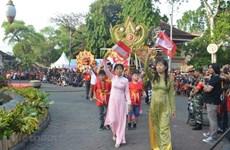 Realizan por primera vez desfile de Ao Dai en ciudad indonesia de Denpasar