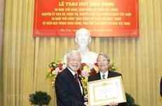 Reciben expresidente y subjefa del Estado de Vietnam insignias por sus largas carreras partidistas