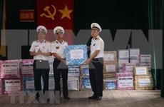 Presentan regalos de Tet a soldados en archipiélago vietnamita de Truong Sa