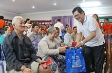 Ofrecen regalos a familias de origen vietnamita en Camboya