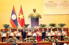 Entregan distinciones del Estado de Laos a destacados parlamentarios vietnamitas