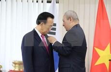 Recibe exgobernador de provincia sudcoreana distinción de Vietnam