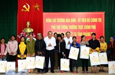 Entregan dirigentes vietnamitas regalos a personas menos favorecidas en ocasión del Tet