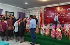 Obsequian regalos a familias vietnamitas menos favorecidas en Camboya