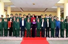 Visita máxima legisladora de Vietnam Mando Militar de provincia de Dak Lak
