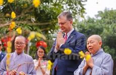 Libera embajador estadounidense en Vietnam peces en ocasión del Nuevo Año Lunar