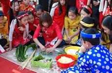 """Ofrecen """"Banh chung"""", pastel típico del Tet, a niños desfavorecidos en Vietnam"""