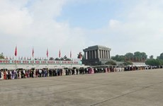 Gran número de personas rinde homenaje al Presidente Ho Chi Minh en el Tet