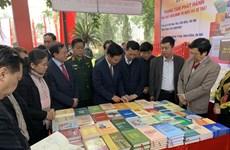Abre puertas en Hanoi exposición de libros sobre fundación del Partido Comunista de Vietnam