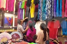 Aldea dedicada a la seda en Vietnam atrae a turistas extranjeros