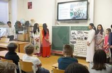 Estudiantes checos se acercan a la cultura de Vietnam