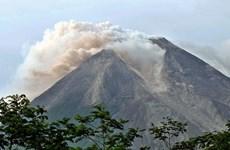 Erupción volcánica obliga a cierre de aeropuerto en Indonesia
