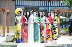 Turistas con Ao Dai disfrutan de entrada gratuita en ciudadela imperial de Hue