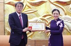Honran a saliente embajador japonés en Hanoi con insignia de amistad