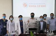 Utilizan en ciudad vietnamita robots para llevar necesidades básicas a áreas de aislamiento