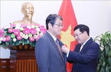 Honran a saliente embajador de Japón en Vietnam con Orden de Amistad