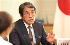 Condecora Vietnam a diplomático japonés con sello conmemorativo