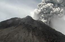 Vuelve a entrar en erupción el volcán más activo de Indonesia
