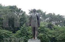 Dirigentes partidistas y estatales de Vietnam rinden tributo a Lenin en Hanoi