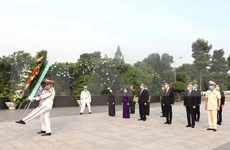 Dirigentes de Ciudad Ho Chi Minh rinden tributo a los caídos por la independencia nacional