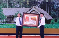 Lanzan en Vietnam colección de estampillas sobre Tío Ho