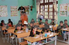Dirigente vietnamita entrega regalos a escolares en áreas montañosas en Día Mundial del Niño
