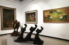 Exposición de pinturas de laca acapara atención del público en Hanoi